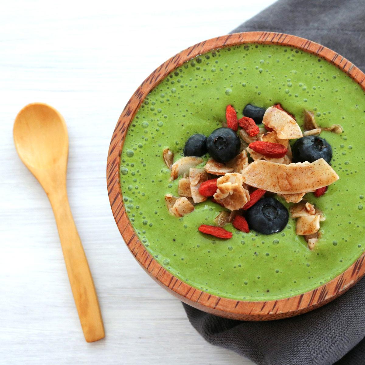 Batido verde con crujiente de coco y especias