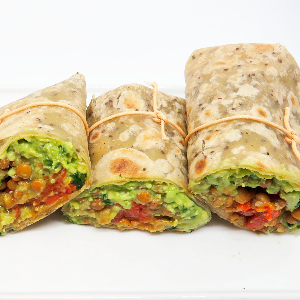 Burritos de aguacate, lentejas y pimientos