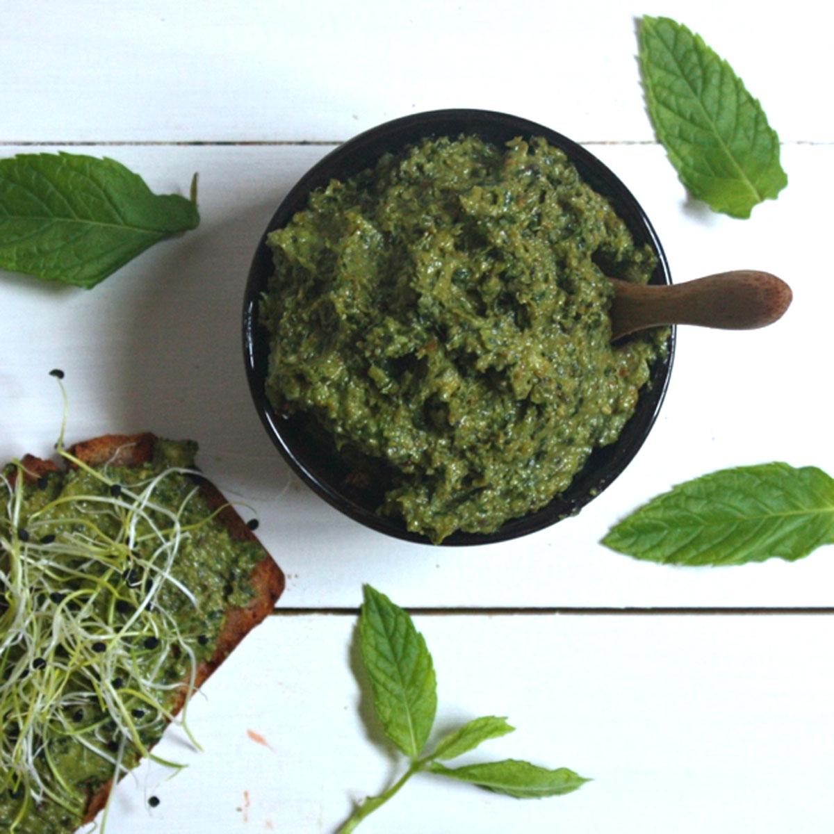Paté de hierbas aromáticas, aguacate y lino