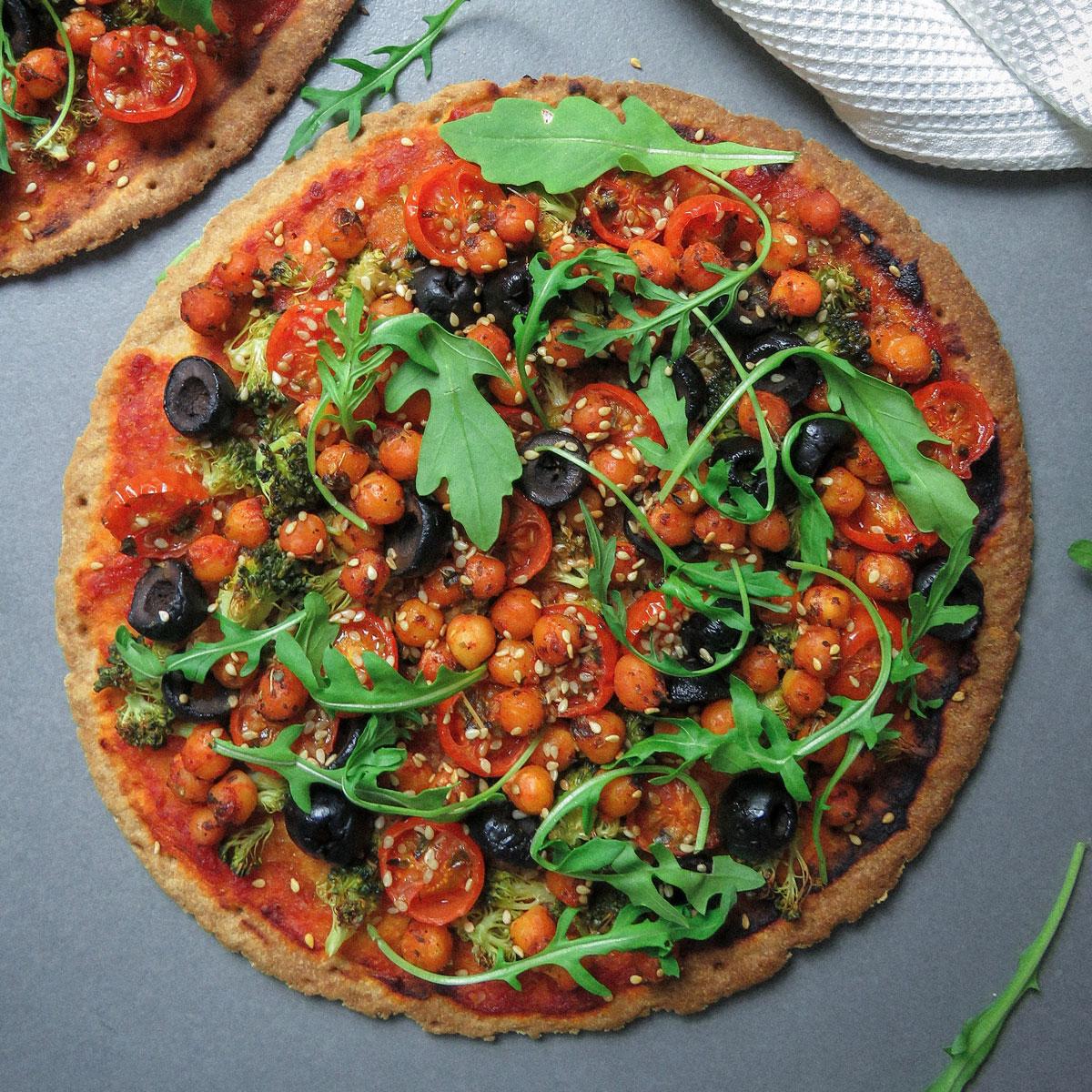 Pizza sin gluten con garbanzos y verduras