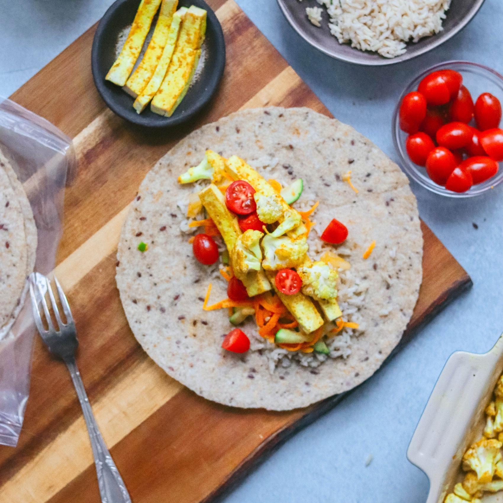Burritos de espelta rellenos de arroz, coliflor al curry y tofu