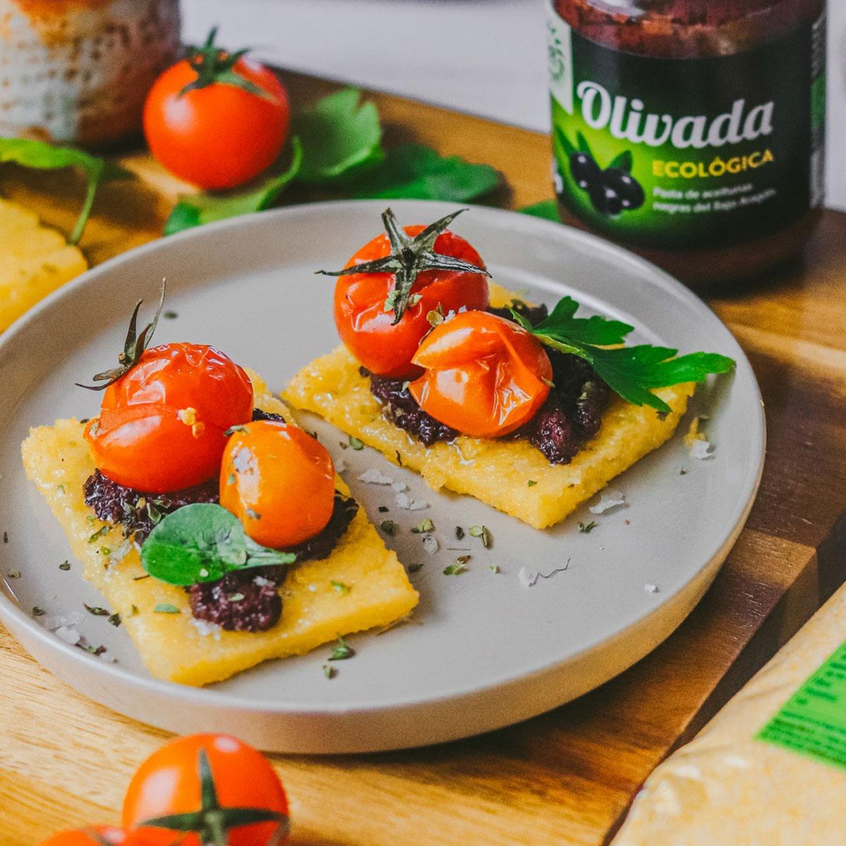 Canapés de Polenta con Olivada y Tomates Cherry asados